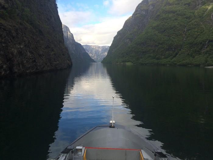 Høye fjell og stille fjord